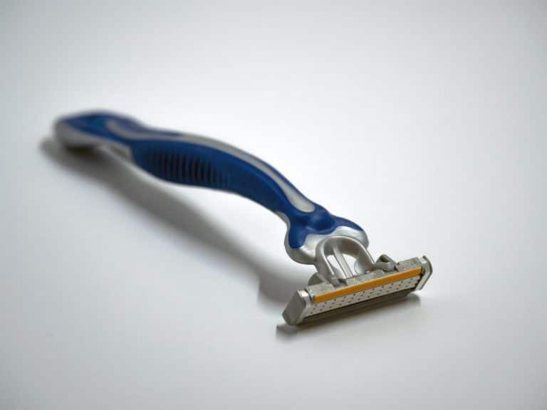 Un rasoir ordinaire et un rasoir électrique : les différences